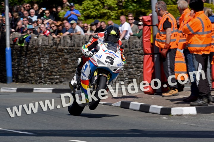 Bruce Anstey Top of Bray Hill TT 2015 - click to enlarge